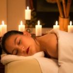 Jakie są rodzaje masaży tajskich i czym się od siebie różnią? Jak wygląda masaż stemplami ziołowymi? Sprawdź i wybierz masaż odpowiedni dla siebie!
