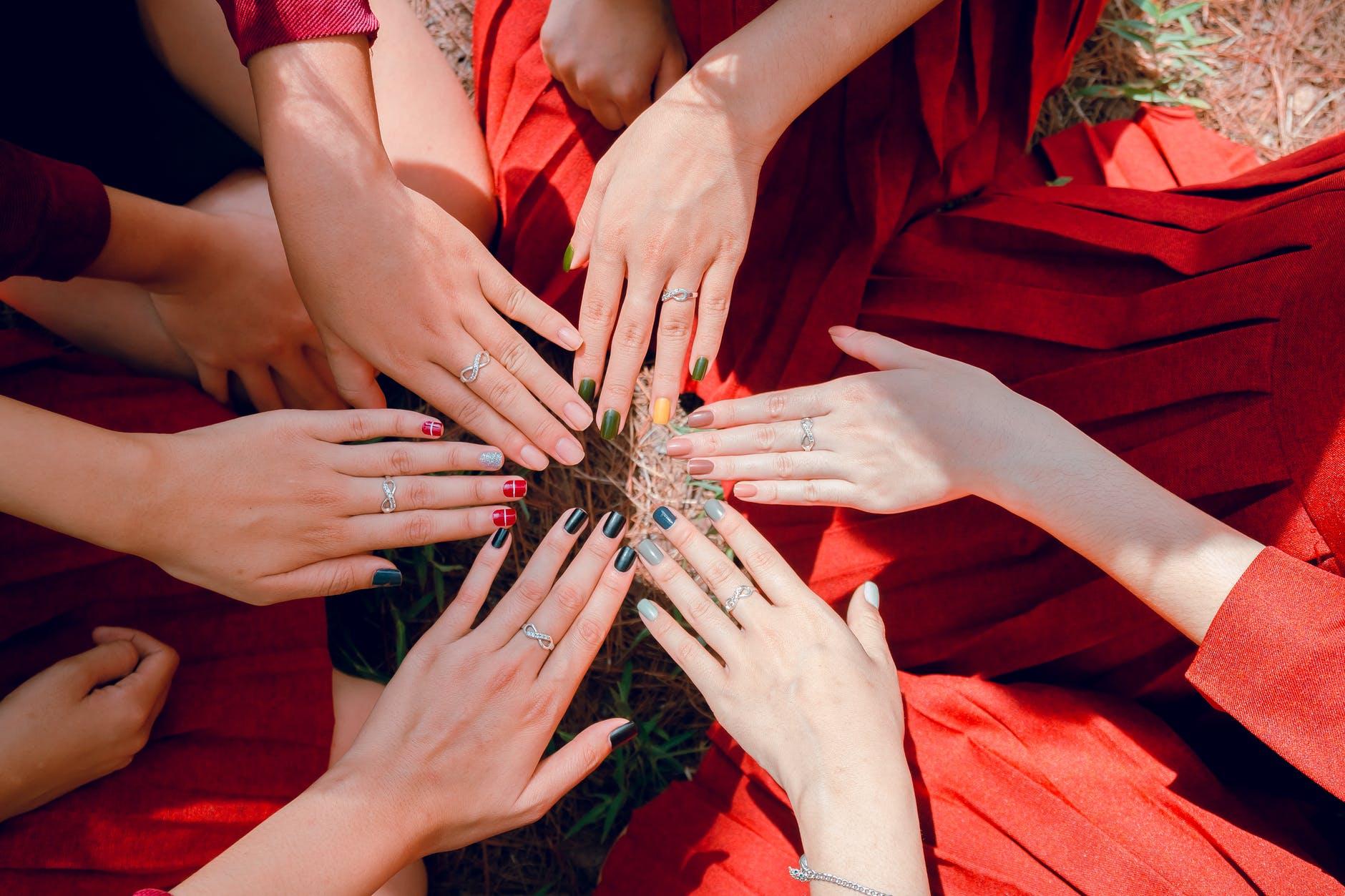 Jak mieć piękne i modne paznokcie latem?